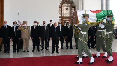 Photo of استقبلها الرئيس تبون بمطار هواري بومدين… رفات شھداء المقاومة الشعبیة تعود إلى الجزائر