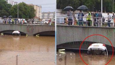 """Photo of العاصمة.. غرق سيارتين داخل نفق """"رويسو"""" جراء السيول"""