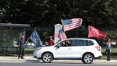 """Photo of الرئيس ترامب يحيي مؤيديه من سيارته خارج مستشفى """"والتر ريد"""" العسكري"""