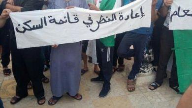 Photo of مقصيون من السكن قضوا ليلة بيضاء أمام مقر بلدية الكريمية بالشلف